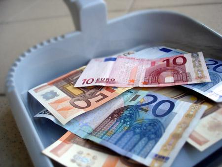 Práca upratovačky - peniaze na lopatke